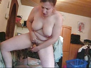 housewife frigs herself off standing up