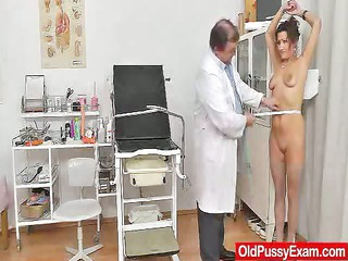 rufous mature spreads her legs at obsess clinic